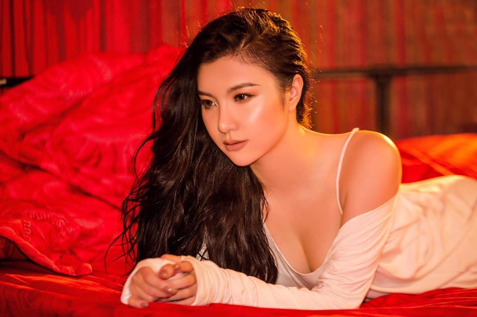 Hot girl - hot boy Việt 2/12: Hạnh Sino hé lộ ảnh giường chiếu khéo khoe vòng 1 gợi cảm-2