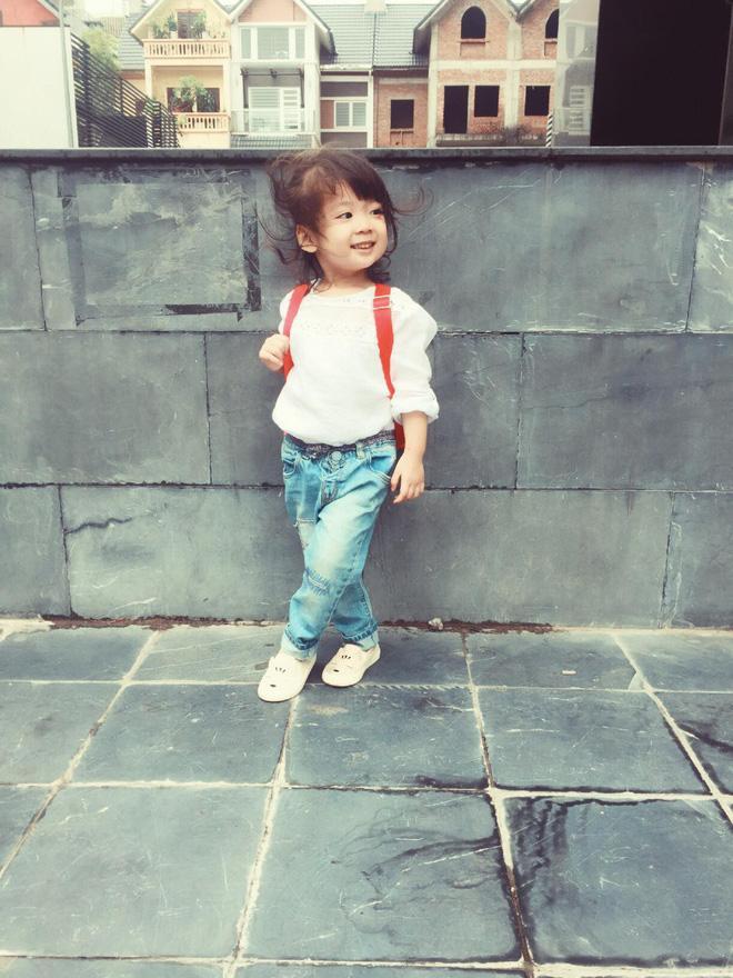 Bà cụ non 3 tuổi tái xuất với màn bảo vệ ba từ nhà ra ngõ không thể yêu hơn-4