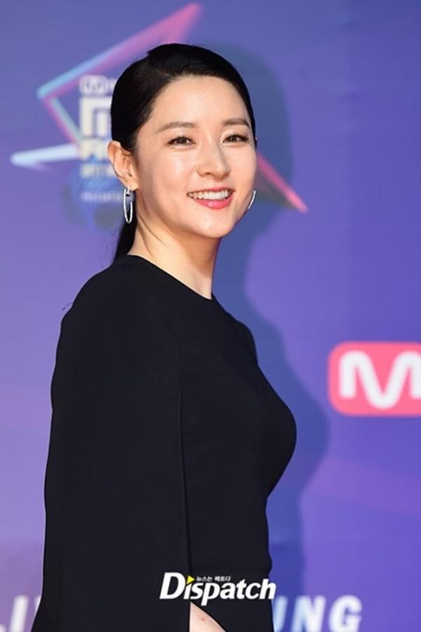 Nhan sắc hơn 20 năm không thay đổi của Lee Young Ae tại MAMA 2017-3