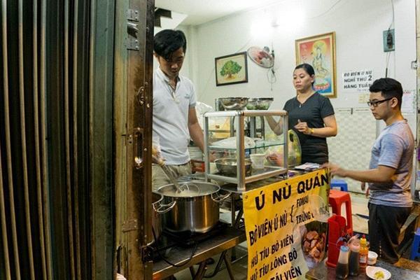 Có gì trong tô bò viên khổng lồ ở quán lề đường Sài Gòn, giá 200 ngàn, 6 người ăn no mới hết?-1