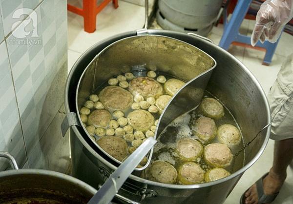 Có gì trong tô bò viên khổng lồ ở quán lề đường Sài Gòn, giá 200 ngàn, 6 người ăn no mới hết?-2