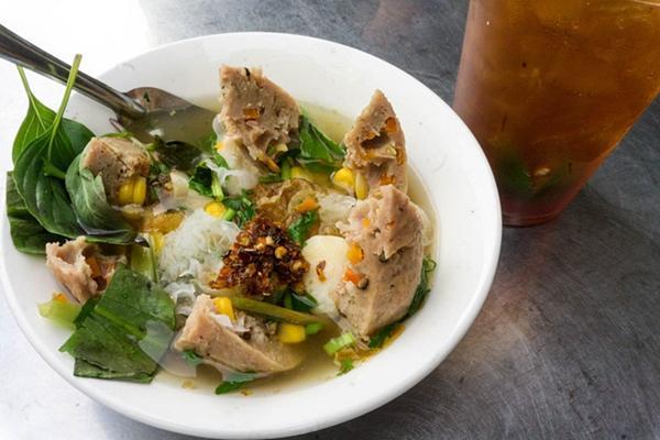 Có gì trong tô bò viên khổng lồ ở quán lề đường Sài Gòn, giá 200 ngàn, 6 người ăn no mới hết?-4