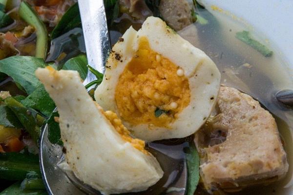 Có gì trong tô bò viên khổng lồ ở quán lề đường Sài Gòn, giá 200 ngàn, 6 người ăn no mới hết?-5