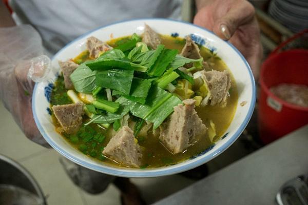 Có gì trong tô bò viên khổng lồ ở quán lề đường Sài Gòn, giá 200 ngàn, 6 người ăn no mới hết?-6