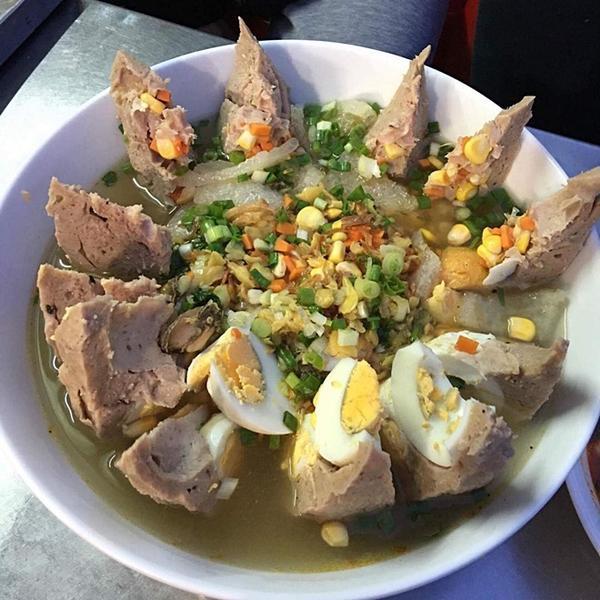 Có gì trong tô bò viên khổng lồ ở quán lề đường Sài Gòn, giá 200 ngàn, 6 người ăn no mới hết?-7