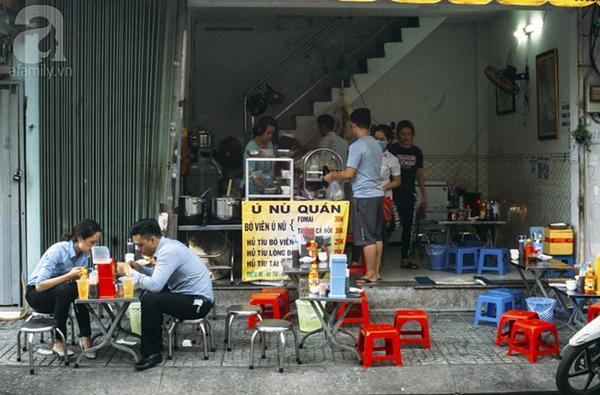 Có gì trong tô bò viên khổng lồ ở quán lề đường Sài Gòn, giá 200 ngàn, 6 người ăn no mới hết?-9