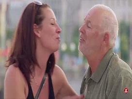 Tuyệt chiêu để hôn được 'gái lạ' ngay giữa phố