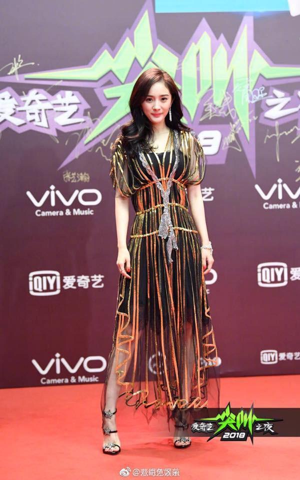 Đẹp thì đẹp thật nhưng Dương Mịch đang mặc thứ gì lên thảm đỏ vậy?-1
