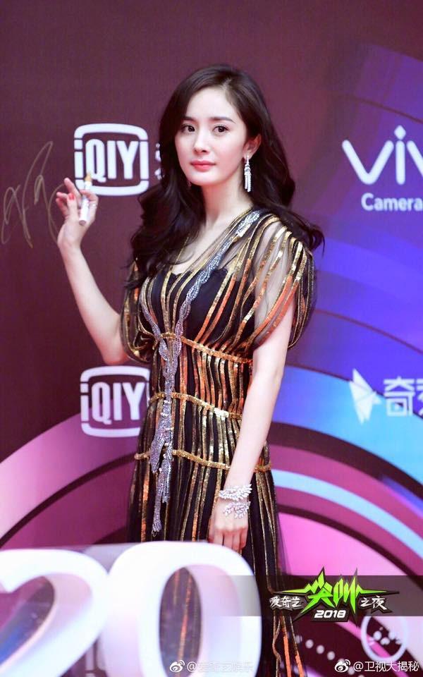 Đẹp thì đẹp thật nhưng Dương Mịch đang mặc thứ gì lên thảm đỏ vậy?-3