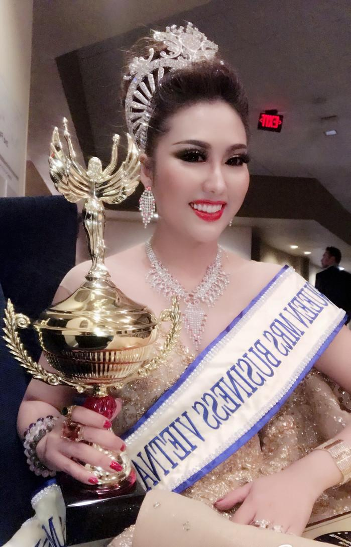 BẤT NGỜ: Phi Thanh Vân đăng quang Hoa hậu Doanh nhân Thế giới người Việt 2017-2