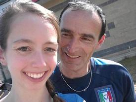 Cô gái 19 tuổi trốn gia đình bay sang nước khác để đính hôn với bạn trai đáng tuổi bố