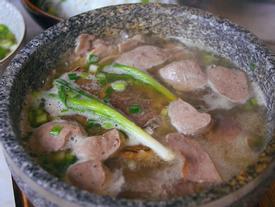 2 món phở đang khiến cộng đồng ẩm thực Sài Gòn sôi sục: Tô ngập thịt bò giá 2,3 triệu, tô sang chảnh với nguyên con tôm hùm