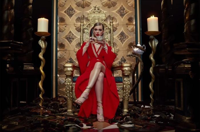 Biểu diễn với set đồ vừa lôi thôi vừa dìm hàng, chuyện gì đã xảy ra với Taylor Swift vậy?-1