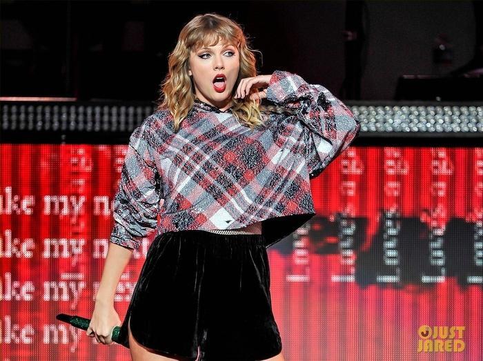 Biểu diễn với set đồ vừa lôi thôi vừa dìm hàng, chuyện gì đã xảy ra với Taylor Swift vậy?-5