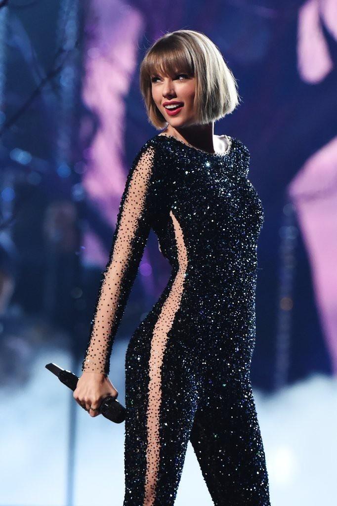 Biểu diễn với set đồ vừa lôi thôi vừa dìm hàng, chuyện gì đã xảy ra với Taylor Swift vậy?-9