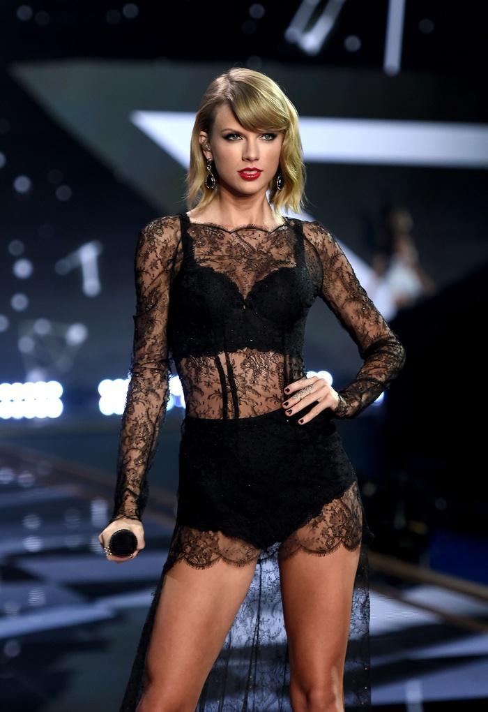 Biểu diễn với set đồ vừa lôi thôi vừa dìm hàng, chuyện gì đã xảy ra với Taylor Swift vậy?-10
