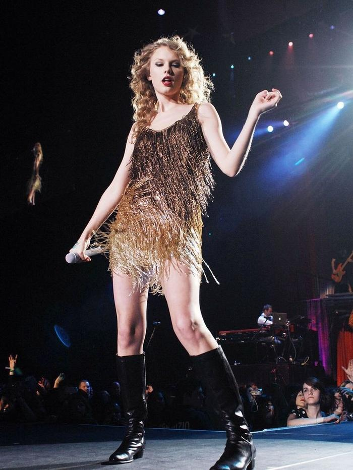 Biểu diễn với set đồ vừa lôi thôi vừa dìm hàng, chuyện gì đã xảy ra với Taylor Swift vậy?-7