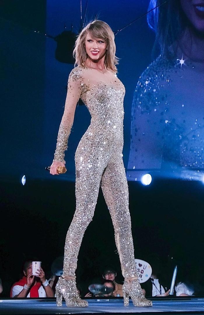 Biểu diễn với set đồ vừa lôi thôi vừa dìm hàng, chuyện gì đã xảy ra với Taylor Swift vậy?-8