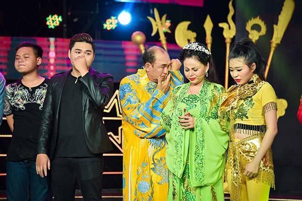 Gia đình danh hài Duy Phương hội ngộ trên sân khấu tại một chương trình truyền hình.