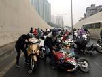 Xe máy lạc lái làm xiếc trên phố Hà Nội ngập đất, đá-12