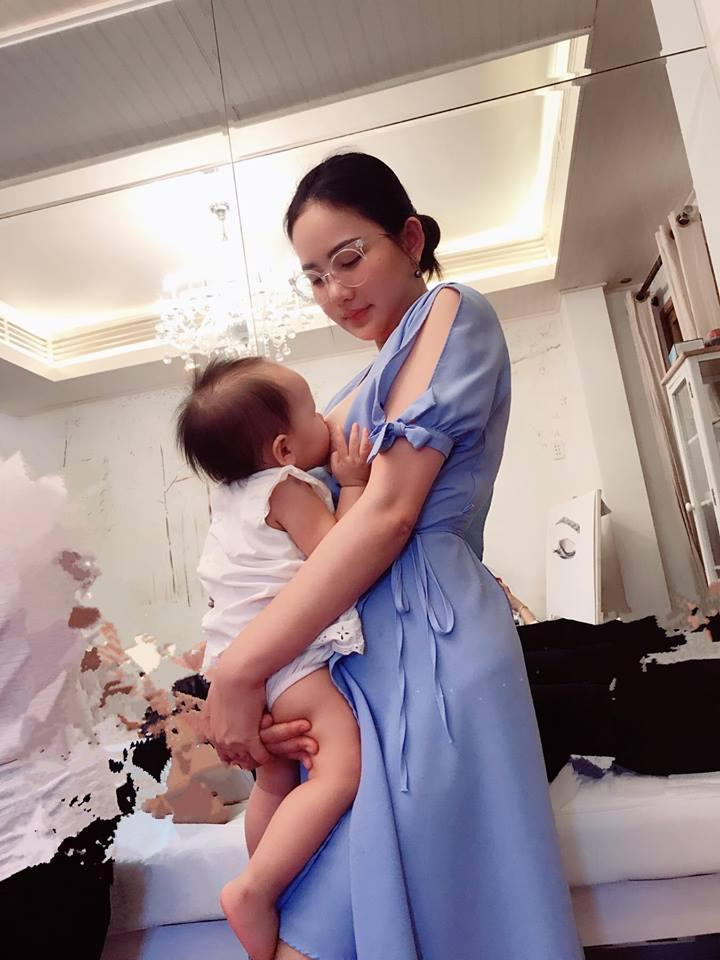Tin sao Việt: Phan Như Thảo khoe khoảnh khắc cho con bú bất chấp địa hình-1