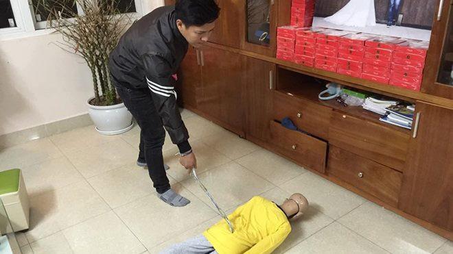 Mẹ kế đánh con riêng của chồng trình diện công an: Do cháu ăn vụng thịt bò nên đã cầm đũa vụt vào mặt cháu-2