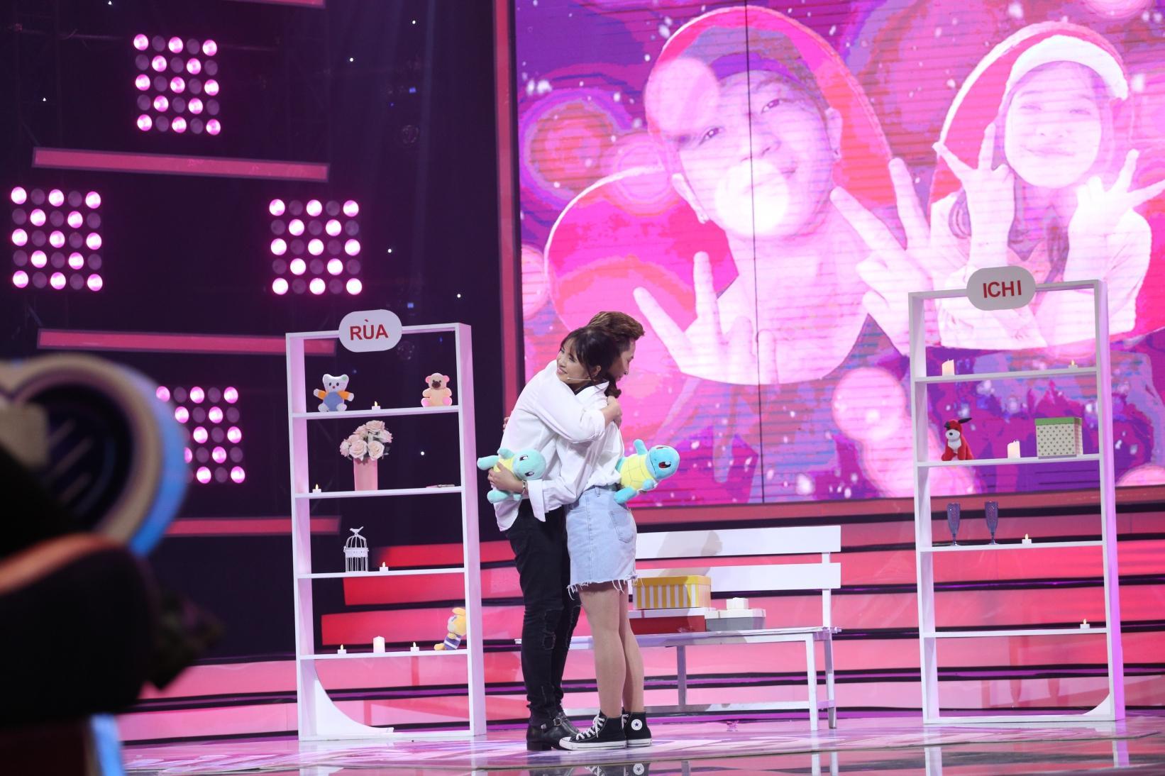 Bay từ Hàn Quốc về tỏ tình với Phí Ngọc Hưng, vậy mà cô gái này nhát đến nỗi không dám đọc kết quả-9