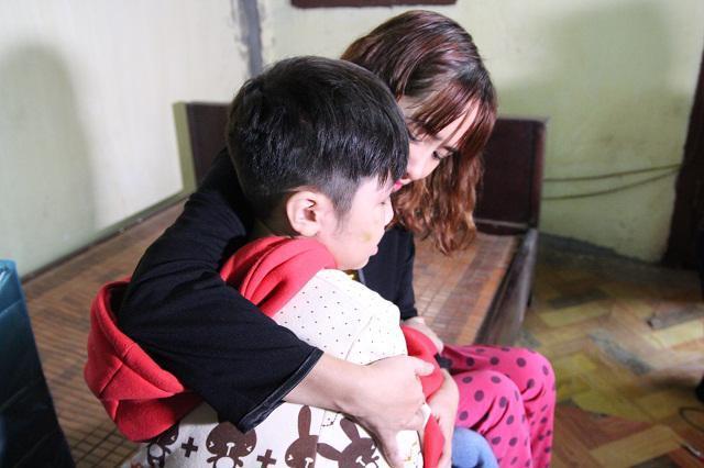 Những vết thương trên cơ thể bé trai 10 tuổi bị bạo hành ai nhìn thấy cũng xót xa-12