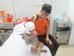 Ngày 8/12, sau gần 1 tháng nằm ở Viện Bỏng Quốc Gia điều trị ghép da, sức khỏe của bé trai Ly Ngọc Sơn, 3 tuổi, quê Hà Giang đã chuyển biến tích cực. Trước đó, tháng 11, do sơ ý ngã vào đống rác đang cháy, bé Sơn bị bỏng. Tình trạng của em trở nên tồi tệ hơn khi mẹ bé tưới xăng vào người con nhằm làm mát. Theo lời kể của người bố, dân bản anh ở thôn Chúng Trải, Xín Mần, Hà Giang thường truyền tai phương pháp làm mát khi bị bỏng là tưới xăng. Anh cho biết sau khi xuất viện về nhà sẽ cảnh báo cho mọi người trong bản về sự nguy hiểm của phương pháp sơ cứu đó.