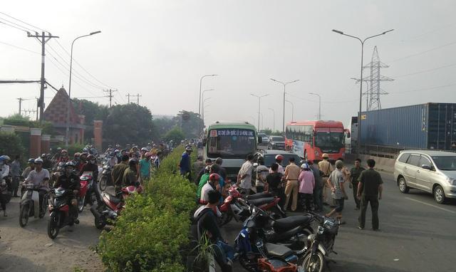 Xe buýt lao dốc, cuốn nhiều người và xe máy vào gầm-1