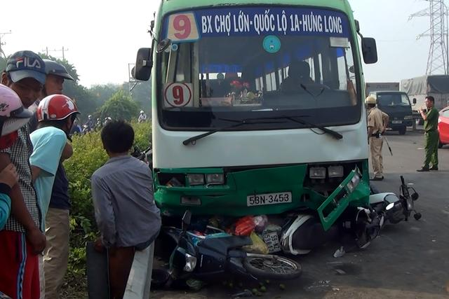 Xe buýt lao dốc, cuốn nhiều người và xe máy vào gầm-2