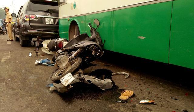 Xe buýt lao dốc, cuốn nhiều người và xe máy vào gầm-4