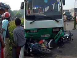 Xe buýt lao dốc, cuốn nhiều người và xe máy vào gầm