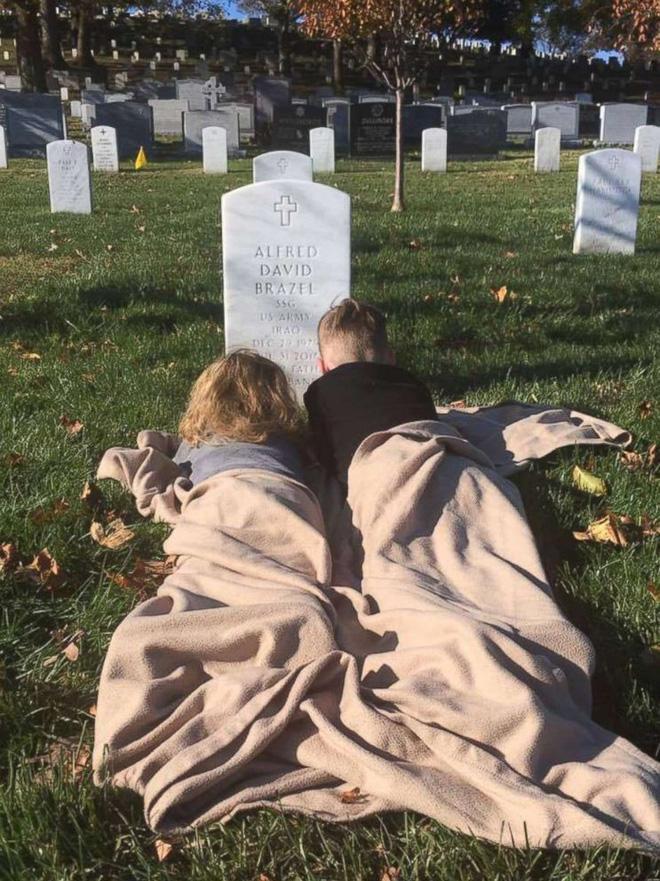Có nhà không ngủ, cậu bé mang chăn đến nghĩa trang lạnh lẽo ngủ thật ngon bởi lý do cảm động-5