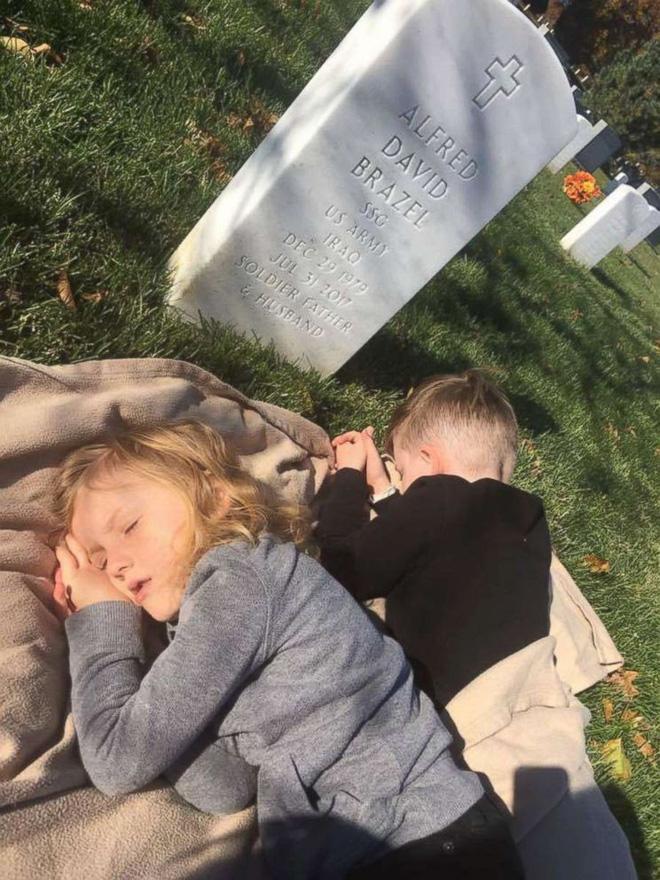 Có nhà không ngủ, cậu bé mang chăn đến nghĩa trang lạnh lẽo ngủ thật ngon bởi lý do cảm động-6