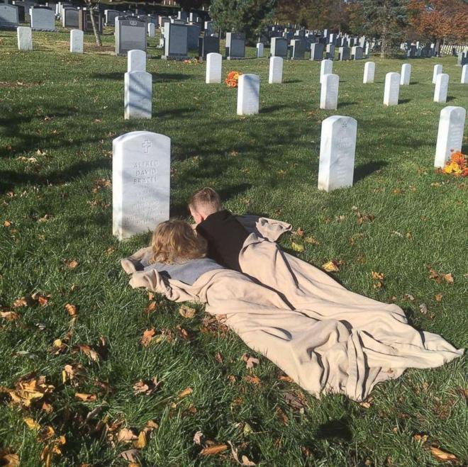 Có nhà không ngủ, cậu bé mang chăn đến nghĩa trang lạnh lẽo ngủ thật ngon bởi lý do cảm động-7