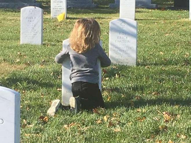 Có nhà không ngủ, cậu bé mang chăn đến nghĩa trang lạnh lẽo ngủ thật ngon bởi lý do cảm động-8