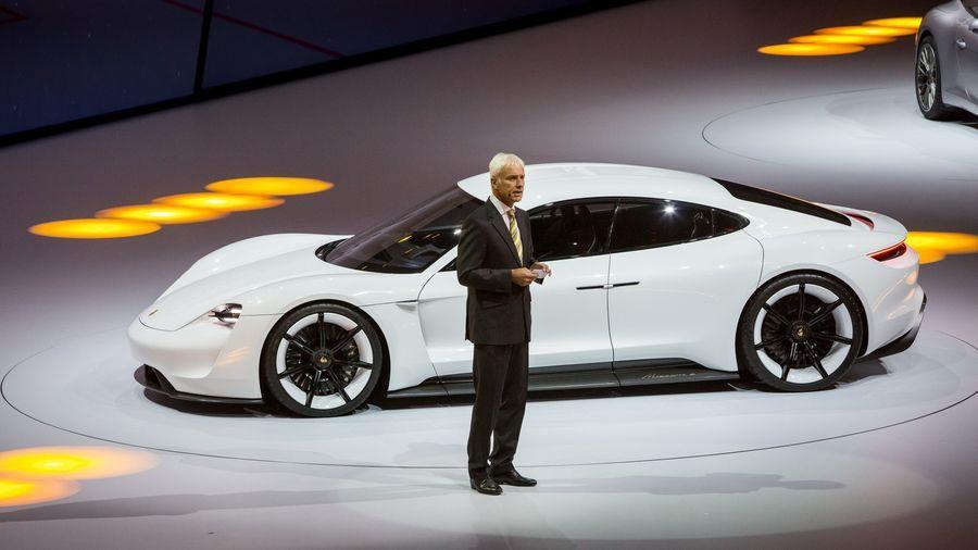 Siêu sedan điện Porsche Mission E chạy thử nghiệm trên phố-4