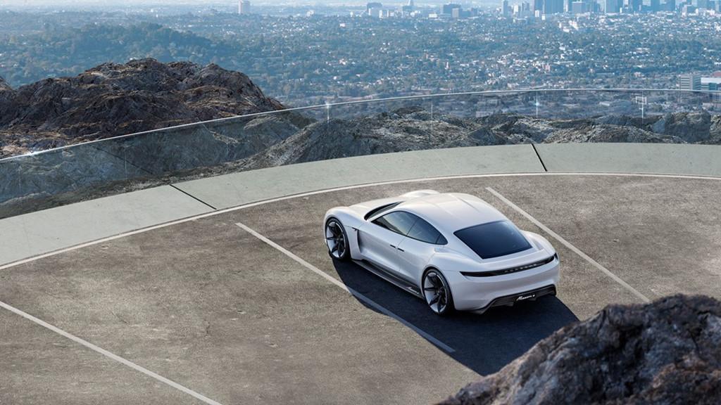 Siêu sedan điện Porsche Mission E chạy thử nghiệm trên phố-10