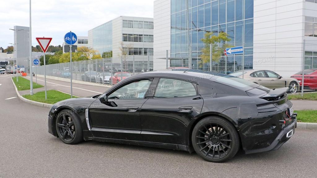 Siêu sedan điện Porsche Mission E chạy thử nghiệm trên phố-12