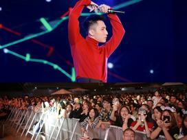 Hàng ngàn khán giả gọi tên Sơn Tùng M-TP 'áo len đỏ, kính râm đen' vừa nhảy vừa hát