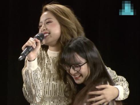 Chi Pu ôm từng fan trên sân khấu, nhảy hit của BlackPink tại Fanmeeting Hàn Quốc