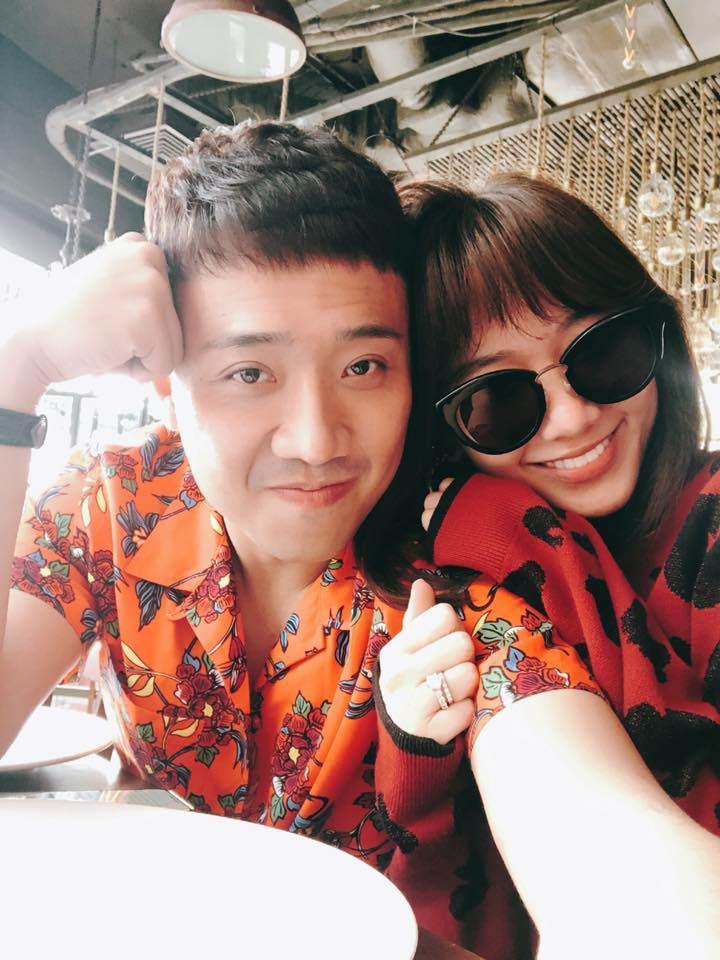 Trấn Thành và Hari Won diện đồ chói chang không liên quan kỉ niệm 700 ngày yêu nhau-2