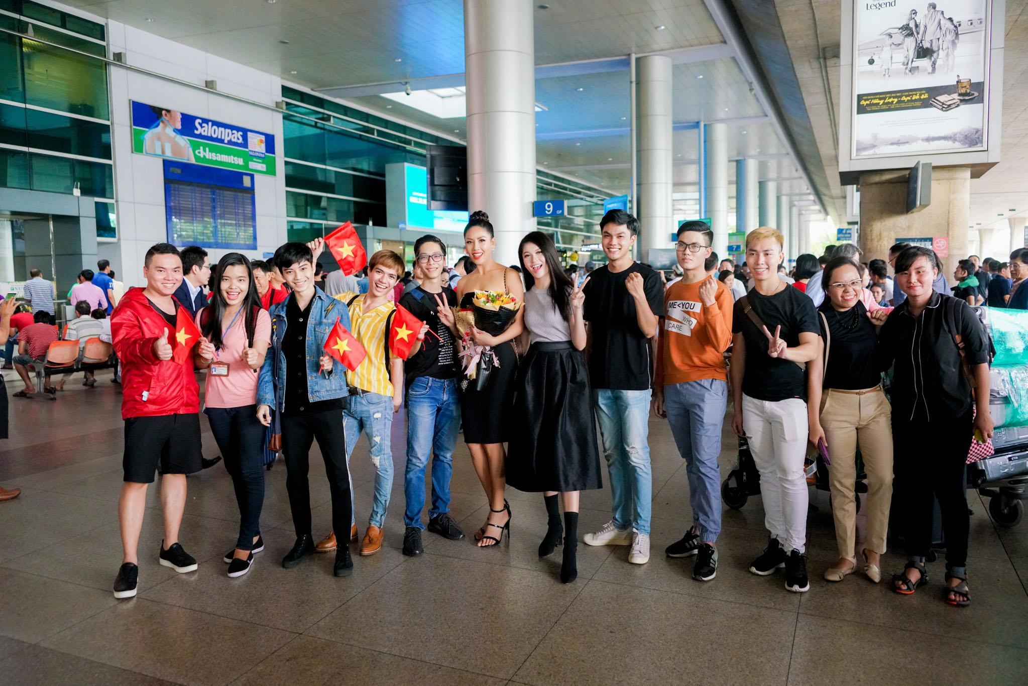 Nguyễn Thị Loan rạng rỡ ngày trở về trong vòng tay fans từ cuộc thi Miss Universe-8