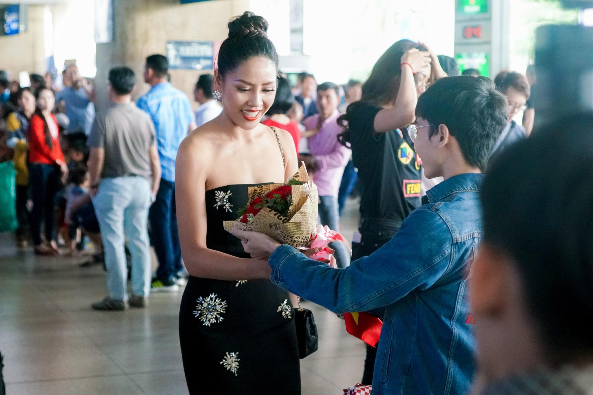 Nguyễn Thị Loan rạng rỡ ngày trở về trong vòng tay fans từ cuộc thi Miss Universe-7