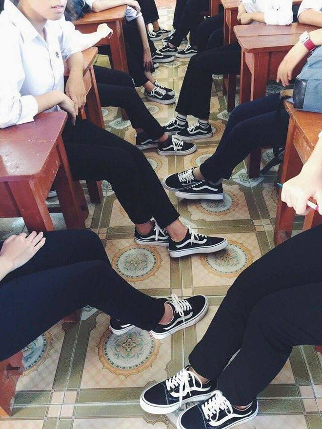 Áo quần đồng phục đã là gì, lớp nhà người ta còn đi cả giày đồng phục-3