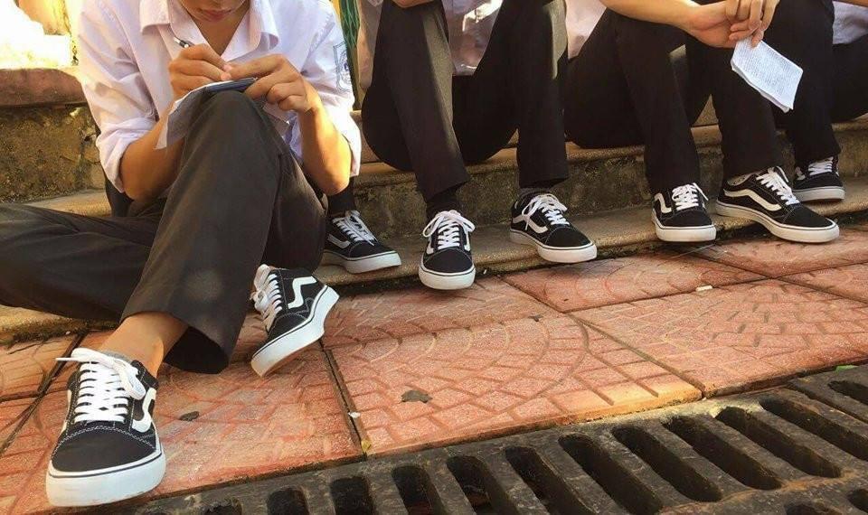 Áo quần đồng phục đã là gì, lớp nhà người ta còn đi cả giày đồng phục-5