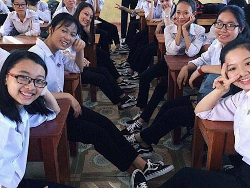 Áo quần đồng phục đã là gì, 'lớp nhà người ta' còn đi cả giày đồng phục