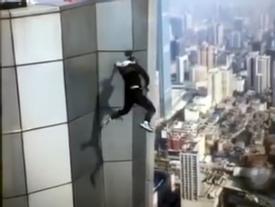Công bố đoạn clip diễn viên Trung Quốc trượt tay, rơi từ tầng 62 xuống đất và tử vong