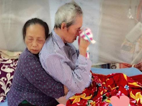 Ảnh cụ bà ôm người bạn đời bị bệnh từ phía sau lay động dân mạng